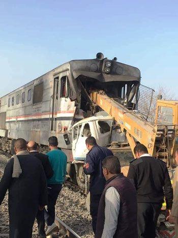 تصادم قطار بسيارة اقتحمت مزلقان بأسيوط (1)