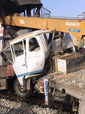 تصادم قطار بسيارة اقتحمت مزلقان بأسيوط (2)