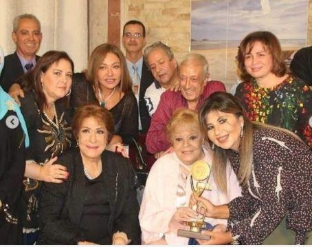 عدد من نجوم الفن في صورة تذكارية مع الراحلة نادية لطفي