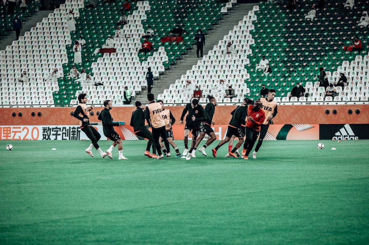 عمليات إحماء نجوم الأهلي قبل انطلاق مباراة الدحيل القطري (2)
