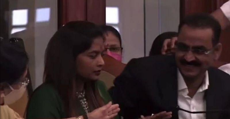 فيديو.. مسؤول هندي يشرب معقم اليدين بالخطأ ! (4)