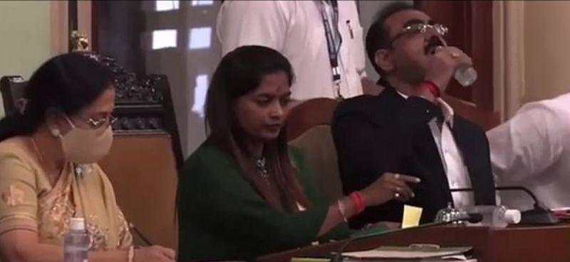 فيديو.. مسؤول هندي يشرب معقم اليدين بالخطأ 4