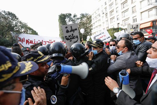 2021-02-06T142244Z_91498666_RC22NL94MN9A_RTRMADP_3_TUNISIA-PROTESTS