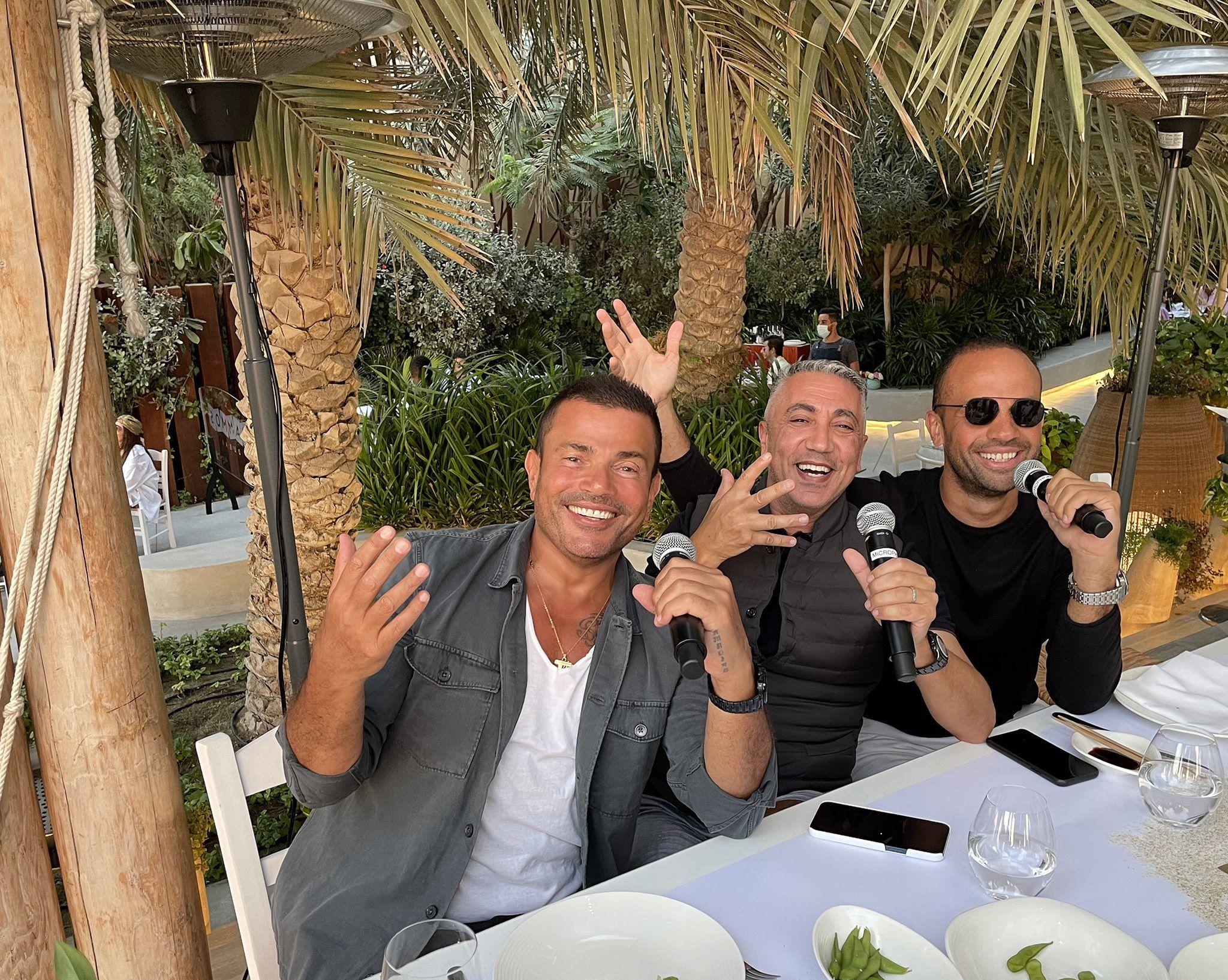 عمرو مع أصدقائه