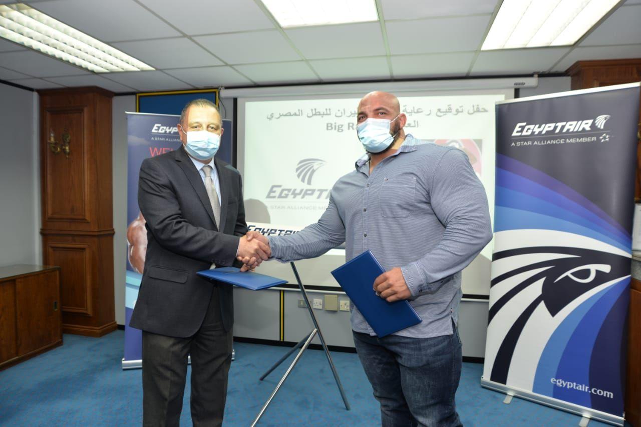 مصر للطيران توقع بروتوكول لرعاية بطل مستر اولمبيا بيج رامي (1)