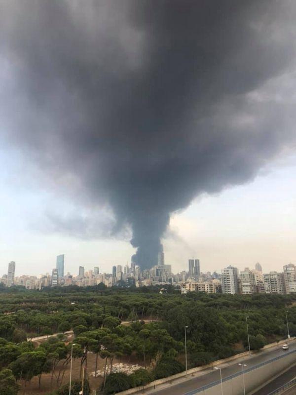 اندلاع حريق كبير في مرفأ بيروت