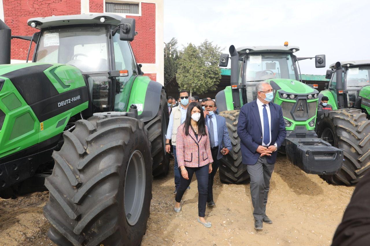وزيرا التعاون الدولي والزراعة أثناء تسليم المعدات