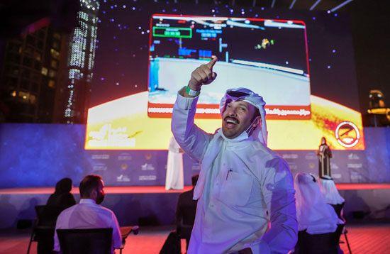 فرحة عارمة فى الإمارات بعد نجاح مسبار الأمل فى الوصول إلى مداره (5)