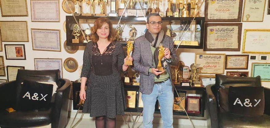 الهام شاهين ومخرج العمل يستلمون الجائزة