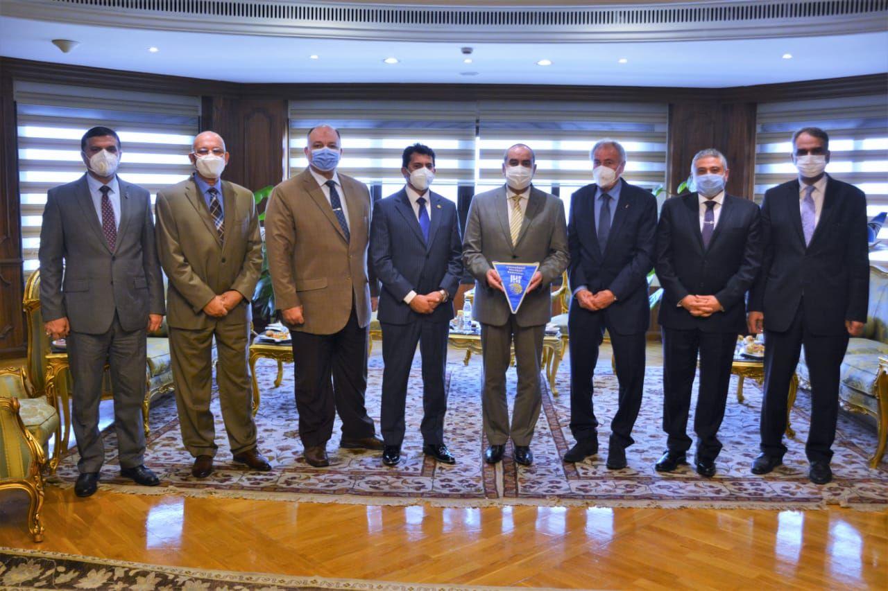 وزير الطيران يستقبل وزير الشباب ورئيس الاتحاد الدولى لكرة اليد (2)