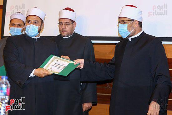 وزير الأوقاف يكرم أئمة وواعظات قافلة الأوقاف (30)