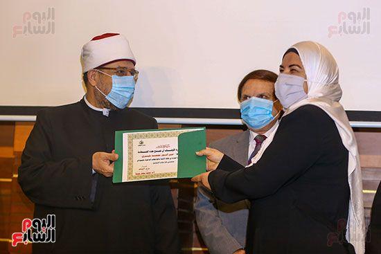 وزير الأوقاف يكرم أئمة وواعظات قافلة الأوقاف (29)