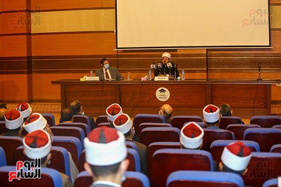 وزير الأوقاف يكرم أئمة وواعظات قافلة الأوقاف (12)