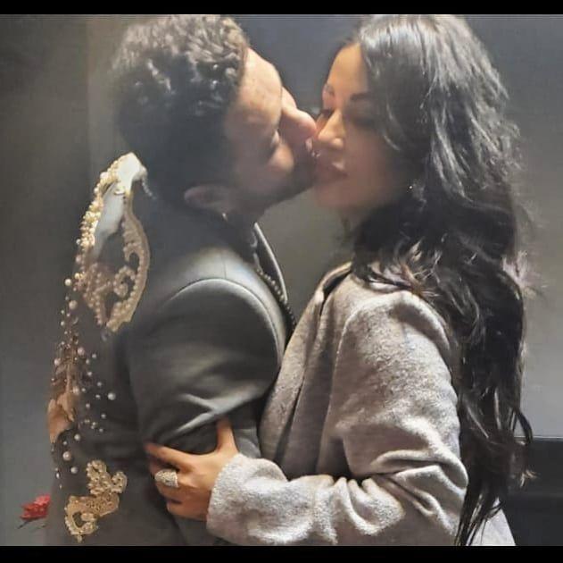 أحمد الفيشاوي يقبل زوجته