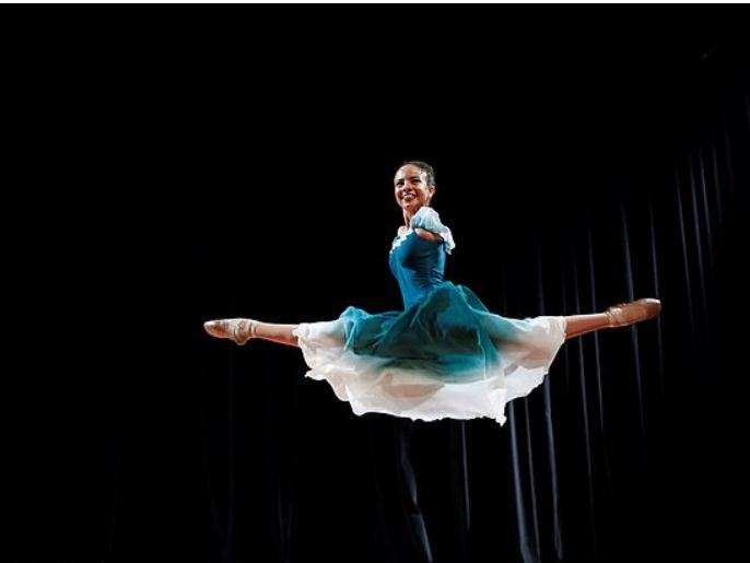فيديو.. فتاة برازيلية بلا ذراعين ترقص الباليه ببراعة