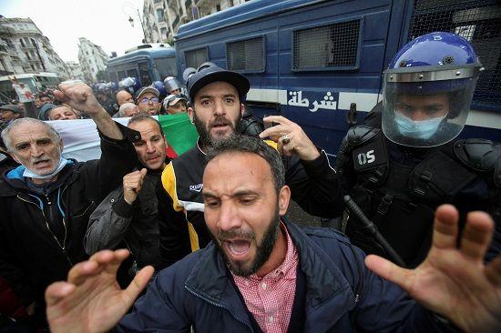 الشرطة والمتظاهرين