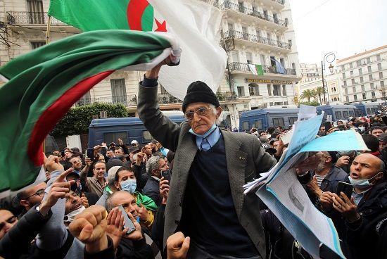 مسن يشارك في التظاهر