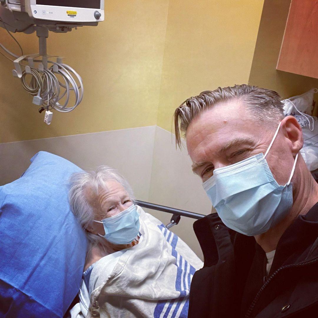 براين أدامز ووالدته فى المستشفى