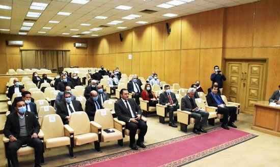 وزير-التموين-خلال-اجتماعه-مع-أصحاب--ومديرى-السلاسل-التجارية-والشركات-الغذائية (4)