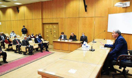 وزير-التموين-خلال-اجتماعه-مع-أصحاب--ومديرى-السلاسل-التجارية-والشركات-الغذائية (2)