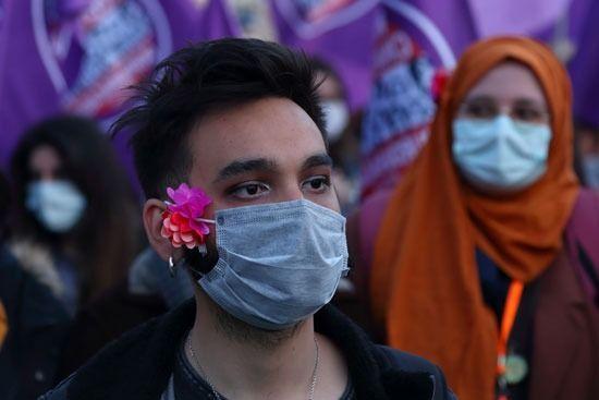 شاب مشارك في التظاهر