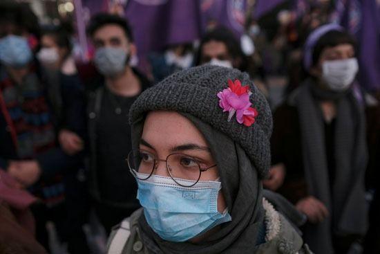 فتاة مشاركة في التظاهرة