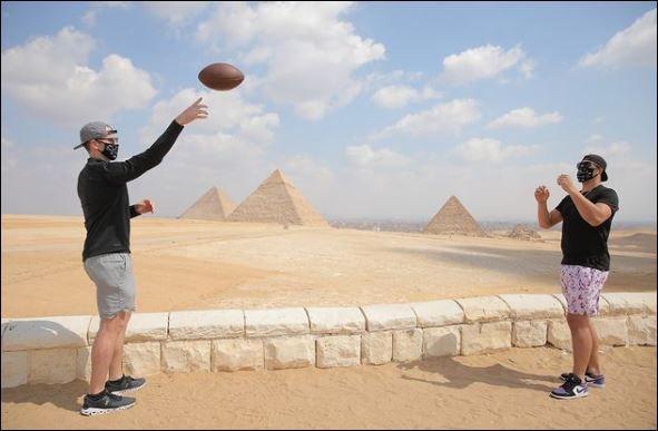 نجوم كرة القدم الأمريكية فى الأهرامات