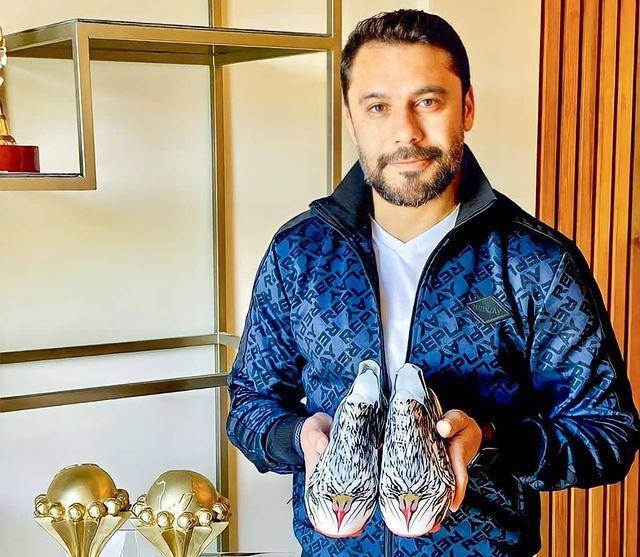 الصقر احمد حسن مع الحذاء