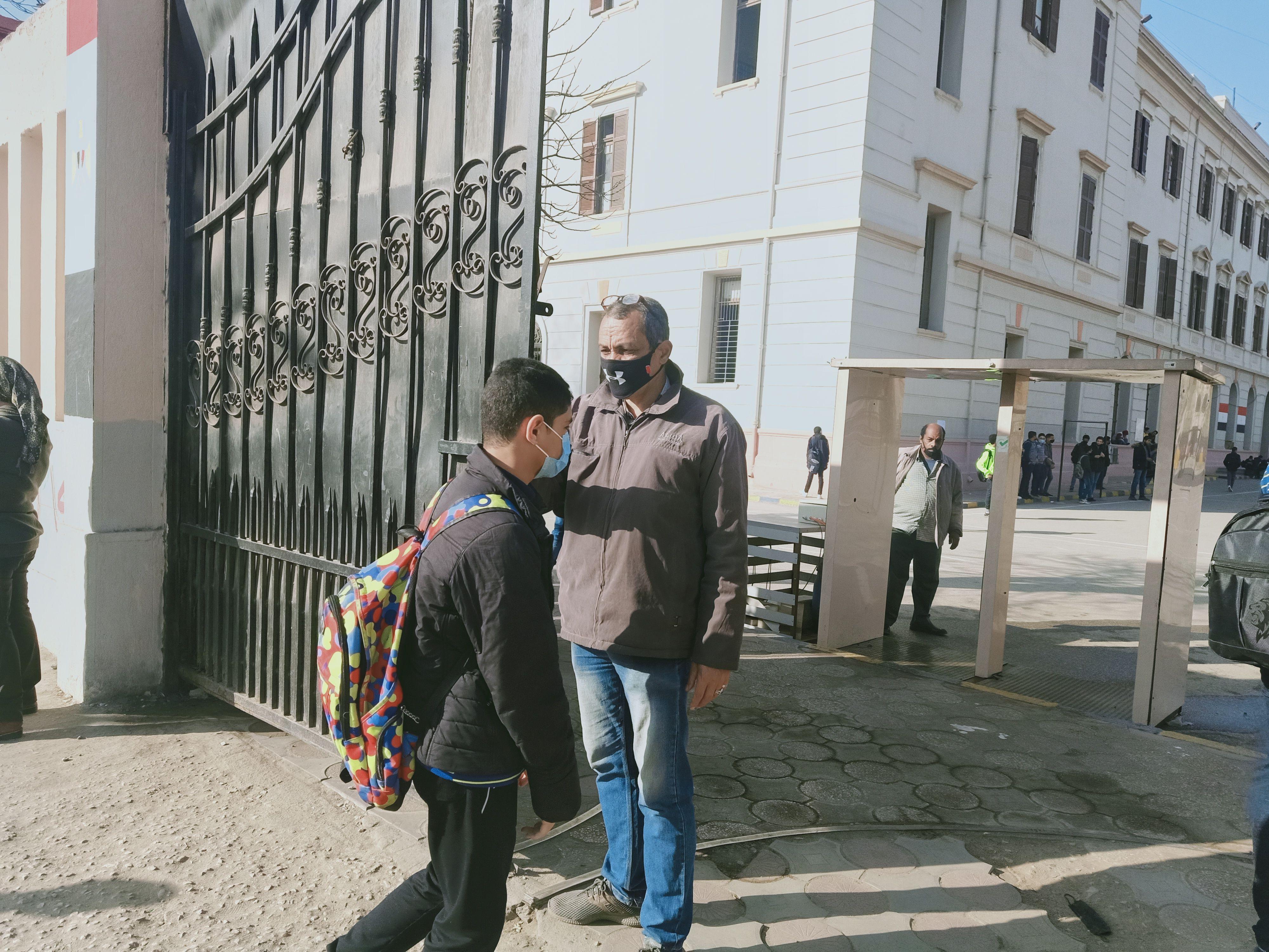 جانب دخول طلاب الأول الثانوى المدارس استعدادا للأمتحان