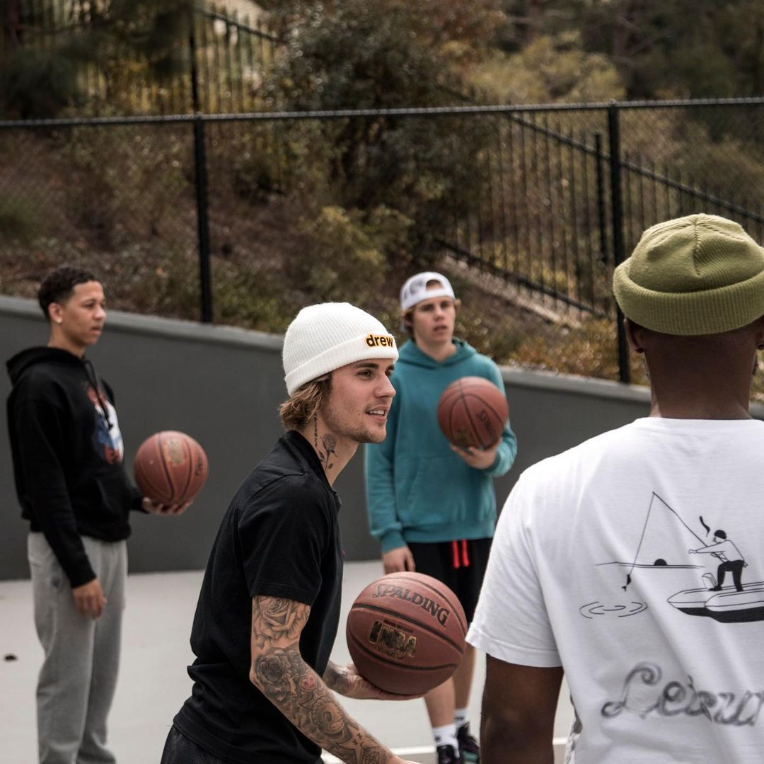 جاستين بيبر يلعب كرة السلة