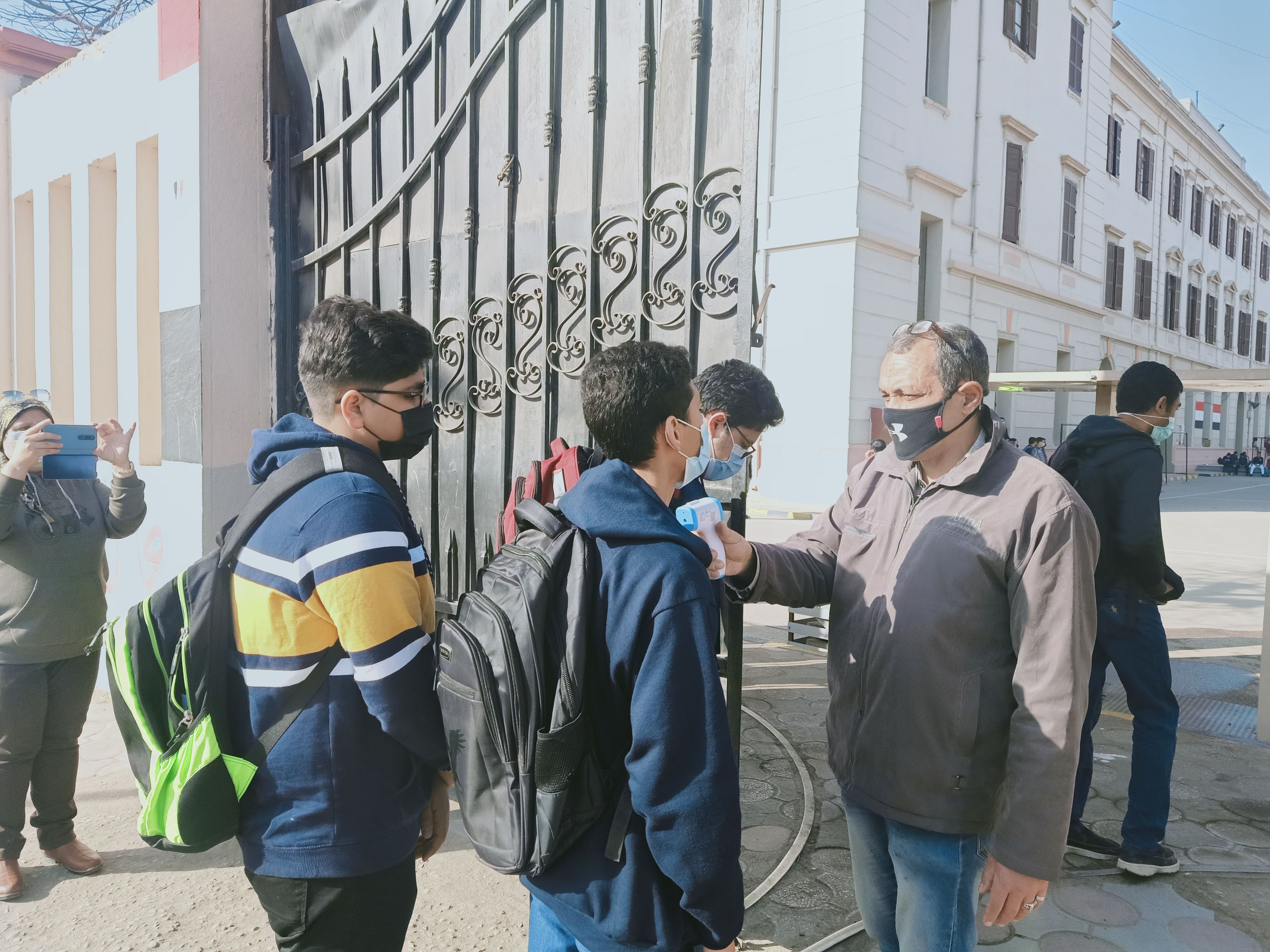 دخول طلاب الأول الثانوى المدارس استعدادا لامتحان التاريخ والكيمياء وسط إجراءات وقائية (1)