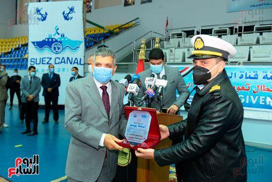 تكريم-العاملين-المشاركين-فى-تعويم-سفينة-الحاويات-البنمية-(11)