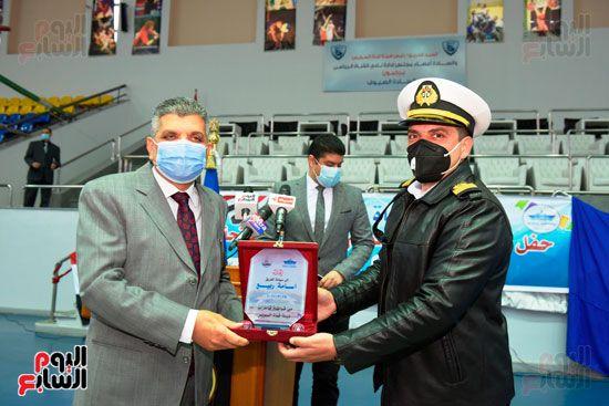 تكريم-العاملين-المشاركين-فى-تعويم-سفينة-الحاويات-البنمية-(4)