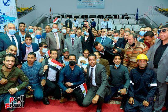 تكريم-العاملين-المشاركين-فى-تعويم-سفينة-الحاويات-البنمية-(1)