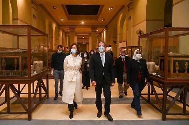 مدير عام اليونسكو فى جولتها بالمتحف
