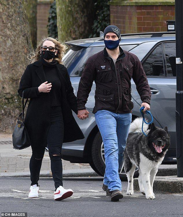 كافيل يصطحب كلبه فى نزهه مع صديقته