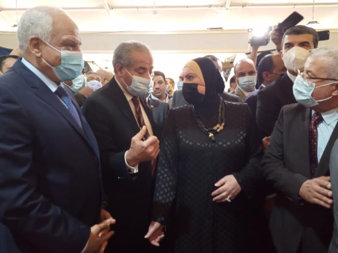 وزير التموين ووزيرة الصناعة ومحافظ الجيزة خلال افتتاح معرض أهلا رمضان