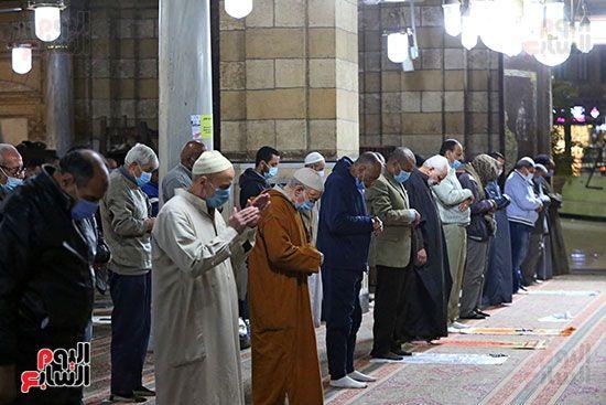 المصلون فى مسجد السيدة زينب