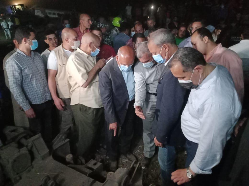وزير النقل يتفقد موقع حادث قطار طوخ (3)