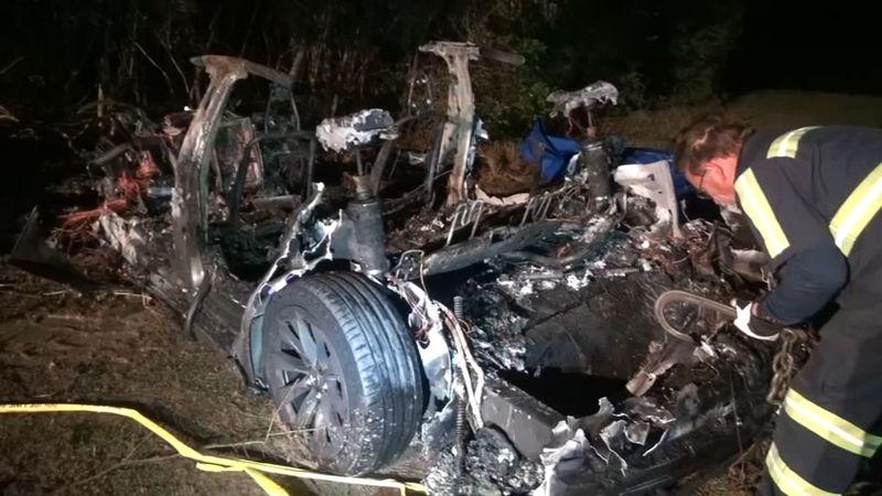 سيارة تيسلا ذاتية القيادة تتسبب في حادث مروع