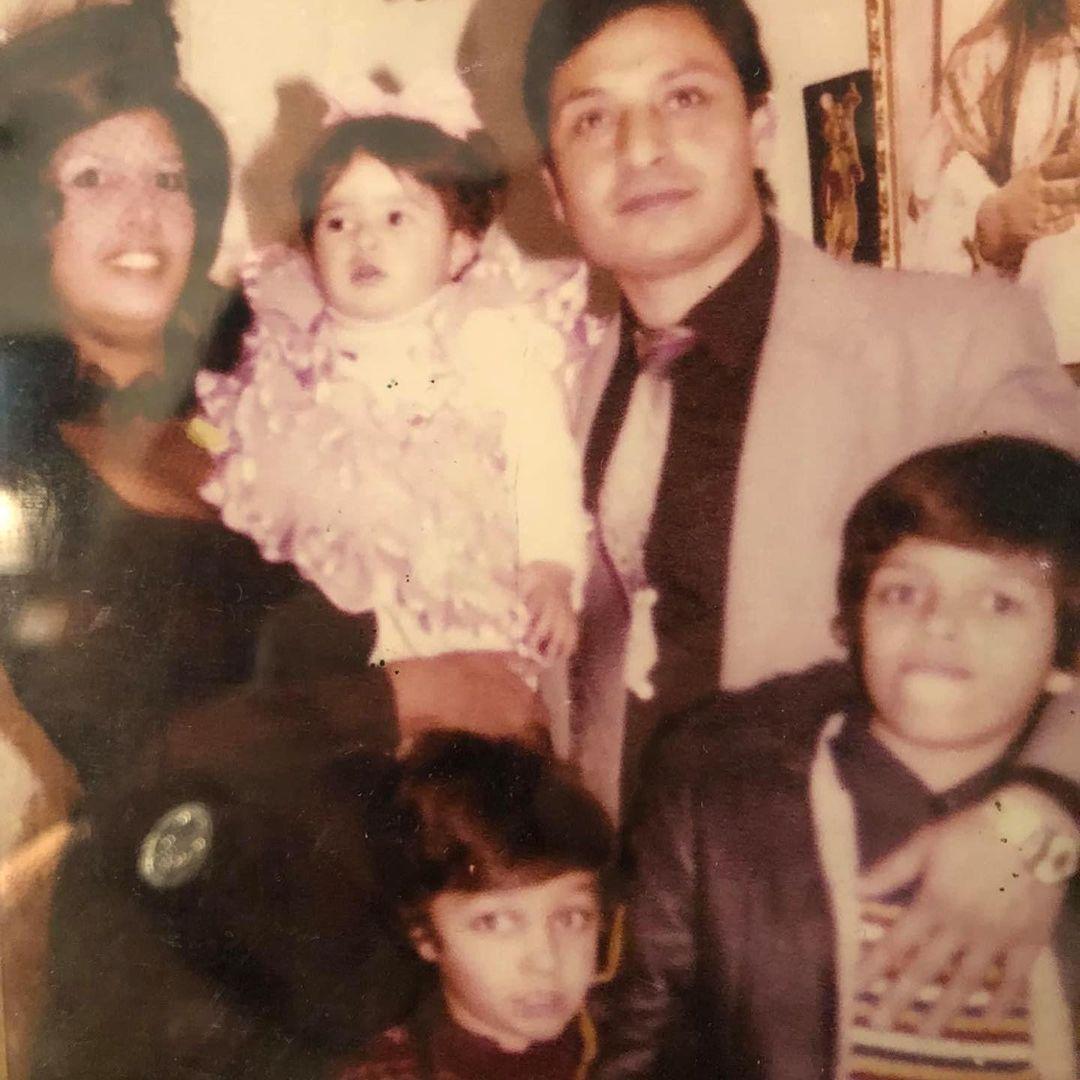 وائل عبد العزيز فى طفولته مع والديه وشقاءه