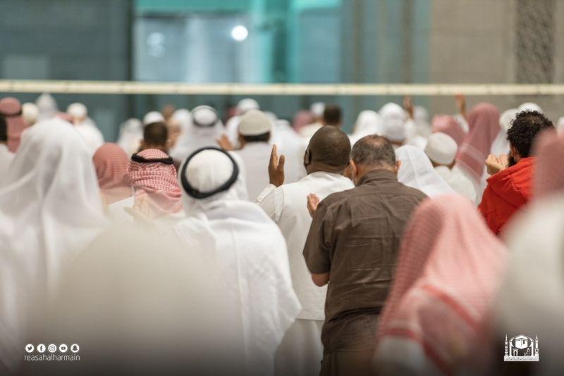 المصلون يؤدون صلاة تراويح سابع ليلة من شهر رمضان - المواطن