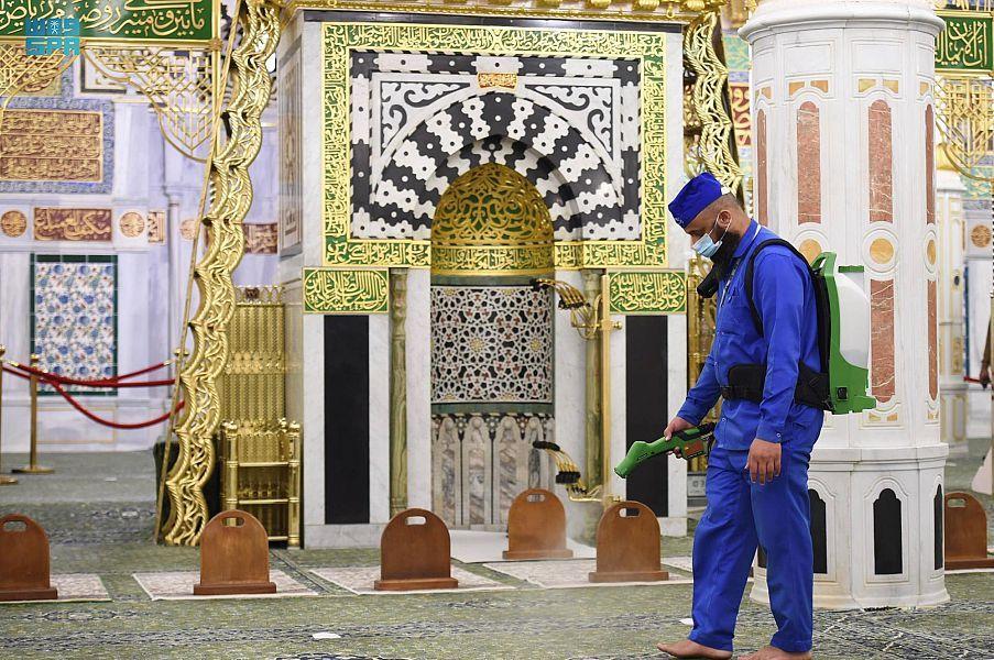 تكثيف أعمال التعقيم والرش في المسجد النبوى - المواطن