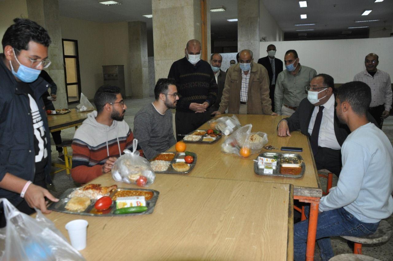 رئيس جامعة حلوان يتناول الإفطار مع الطلاب
