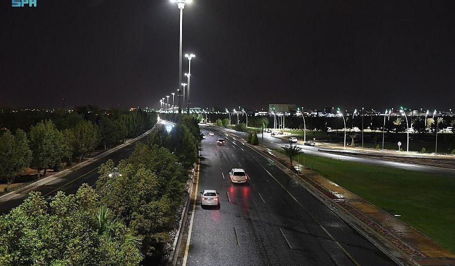 أمطار تبوك ليلًا تظهر جمال الأجواء