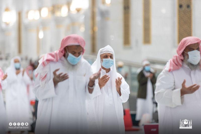المصلون يؤدون تراويح ليلة الحادي عشر من رمضان في المسجد الحرام - المواطن