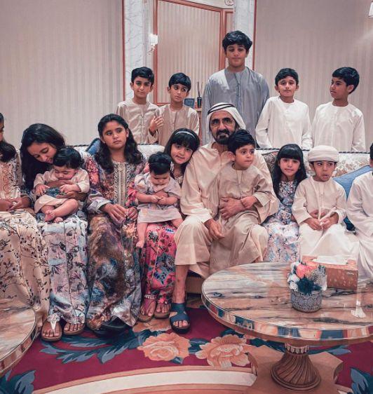 الشيخ محمد بن راشد مع أطفال عائلته