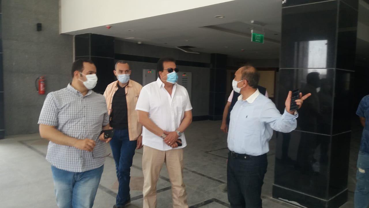 وزير التعليم العالى يتفقد مستشفى العاشر الجامعى