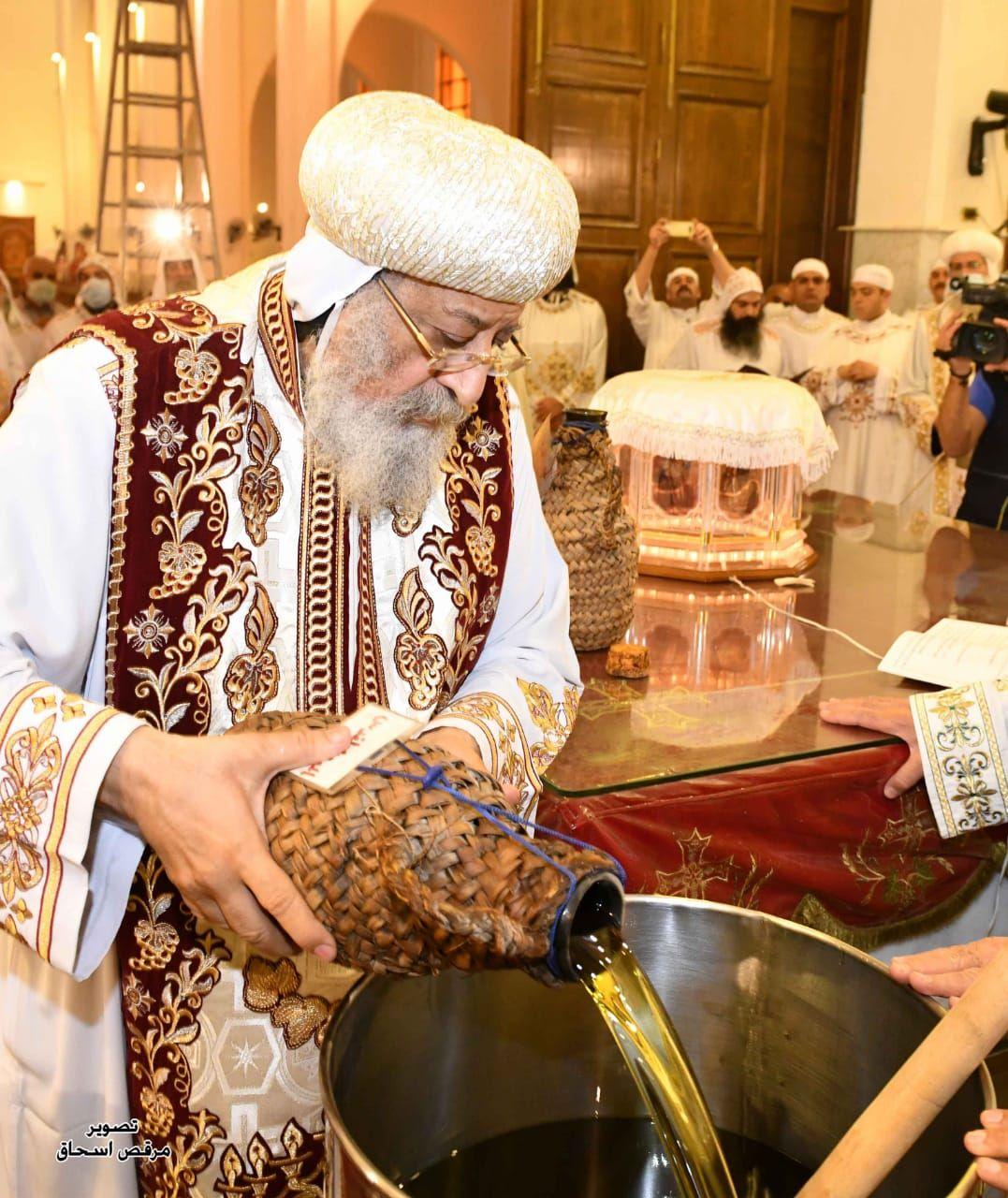 البابا تواضروس خلال وضع خميرة زيت الميرون