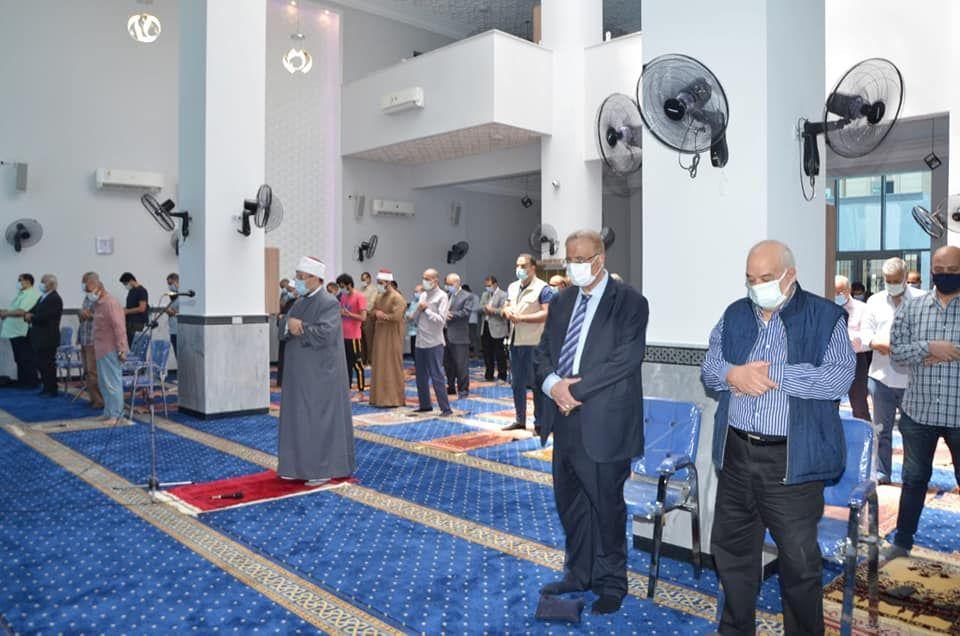 وزير الأوقاف يؤدي صلاة الظهر بالمسجد